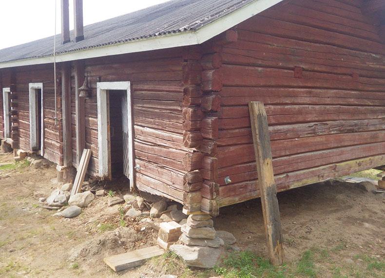 Rakennusta nostettu 60 cm lahonneiden hirsien vuoksi